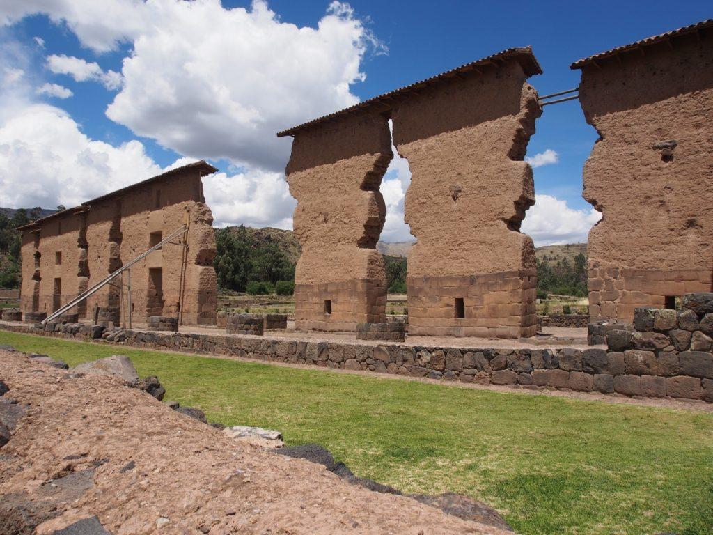 Racchi à 3500 mavec son temple de Wiracochapour VISITE BUS PUNO CUZCO