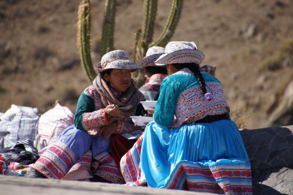 Vendeuses à la Croix du Condor dans le canyon colca au perou