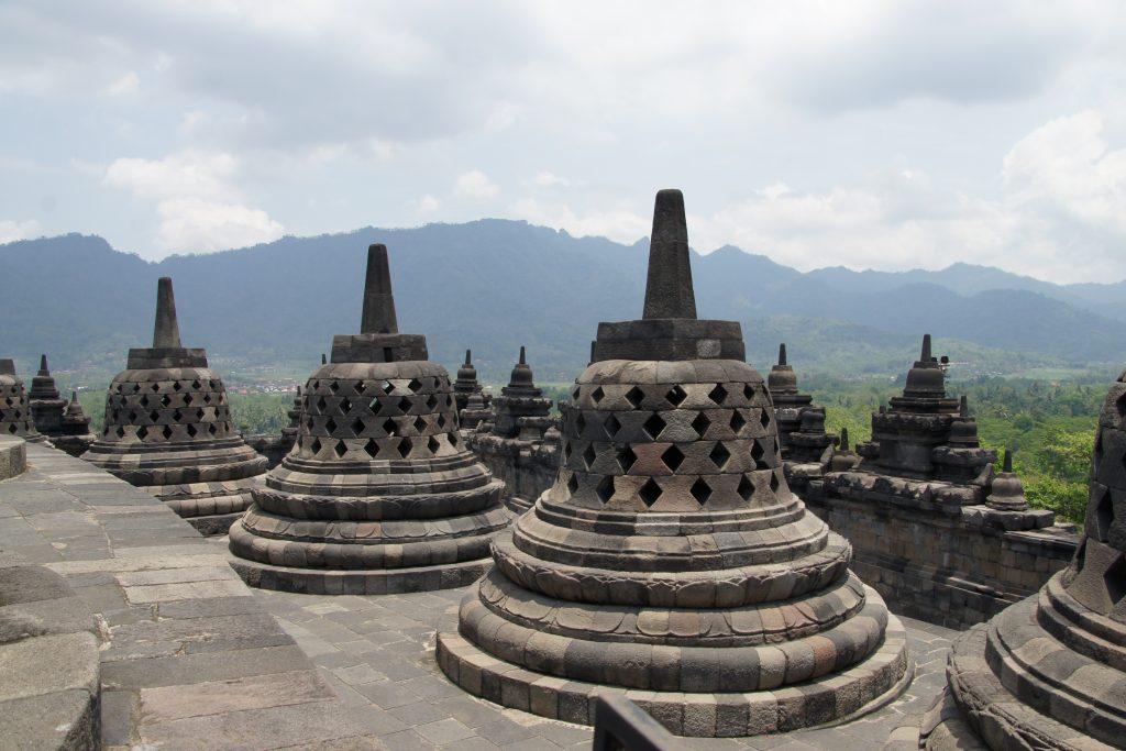 Stupas en forme de cloches dans le temple de BOROBUDUR proche de YOGYAKARTA