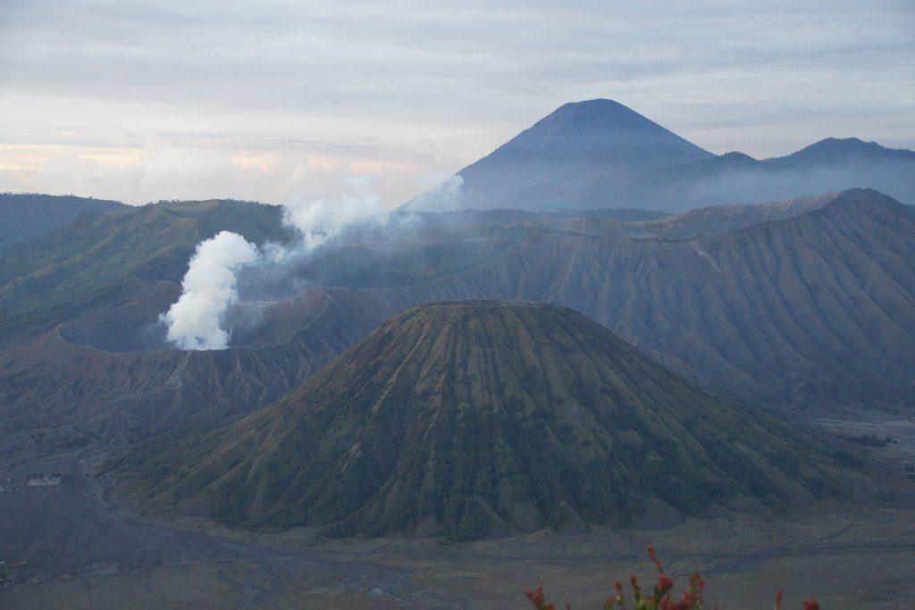 Vue sur le volcan BROMO au lever du soleil