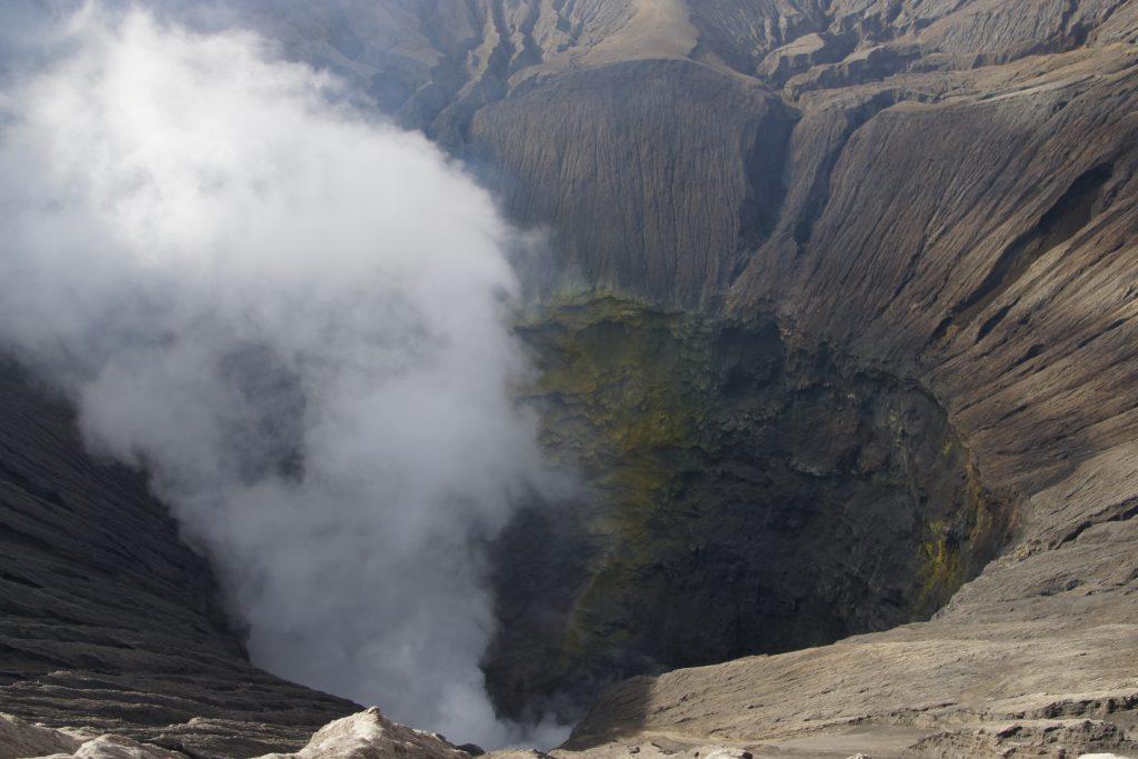Cratère du volcan BROMO (volcan actif et bruyant !)