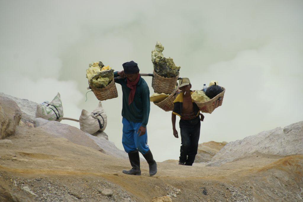 Deux porteurs de soufre au volcan IJEN en pleine montée le matin