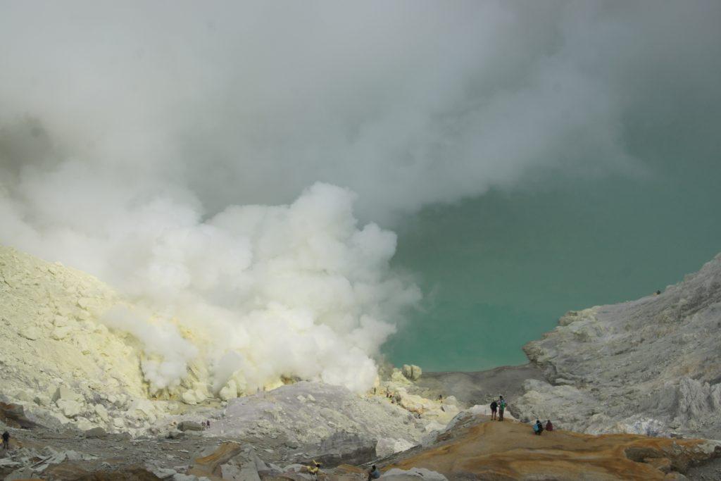 Cratère du volcan IJEN - soufrière et fumées de soufre - JAVA