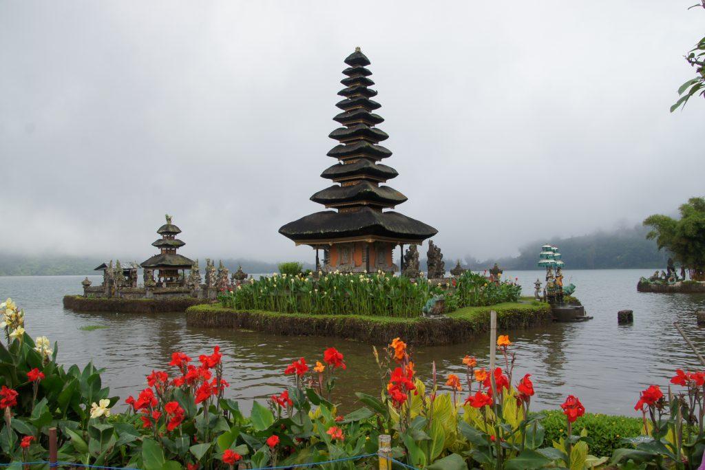 NORD BALI - Vue du Temple du Pura Ulun Danu Bratan sous la brume