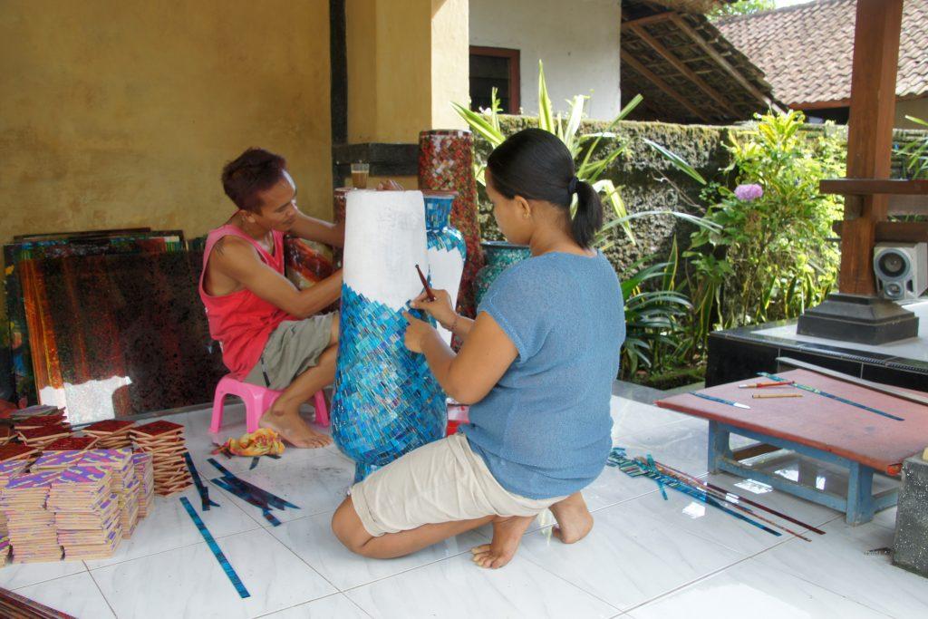 Atelier artisanal de fabrication d'objets de décoration en céramique