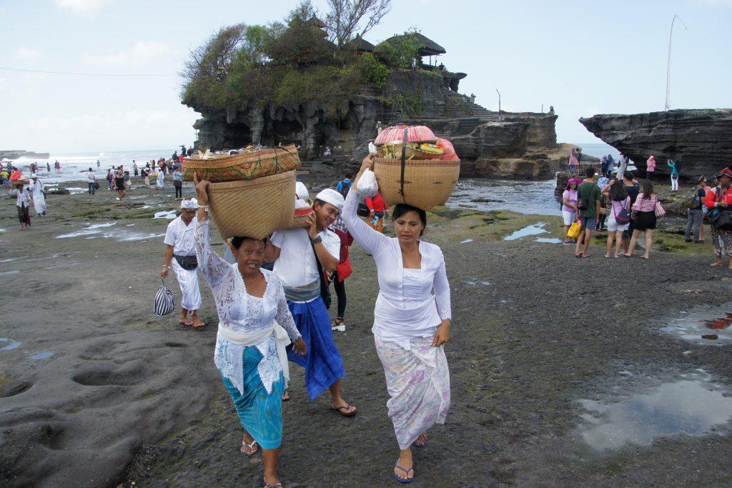 FEMMES PORTANT OFFRANDES AU TEMPLE TANAH LOT