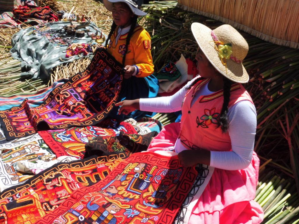 Vendeuses sur l'ILE UROS sur le LAC TITICACA AU PEROU