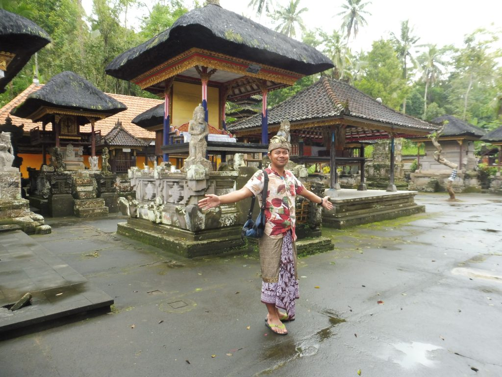 Notre guide en train de poser face au temple Kehen à BALI