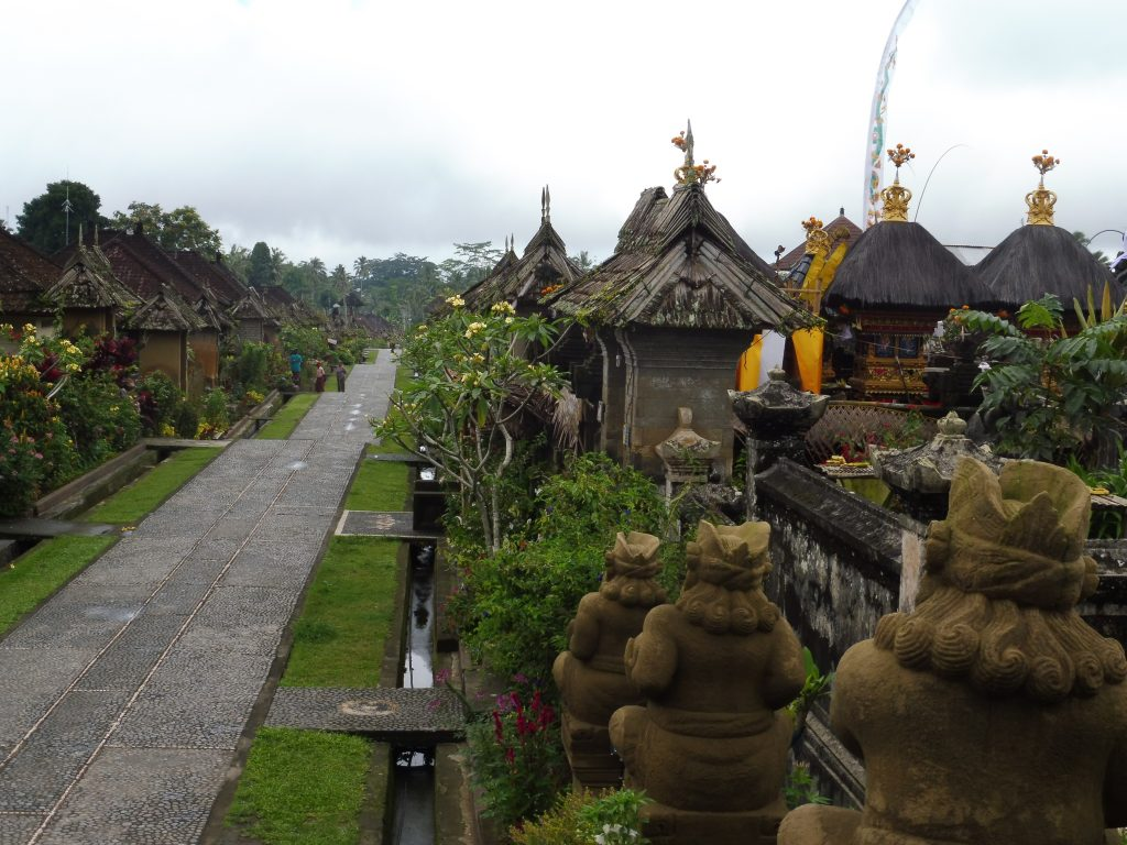 Rue principale du village traditionnel de Penglipuran à BALI