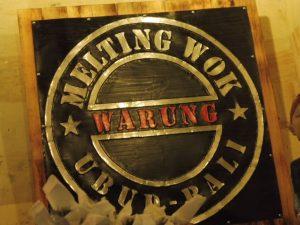 Logo à l'entrée du restaurant le Melting Wok Warung à UBUD à BALI
