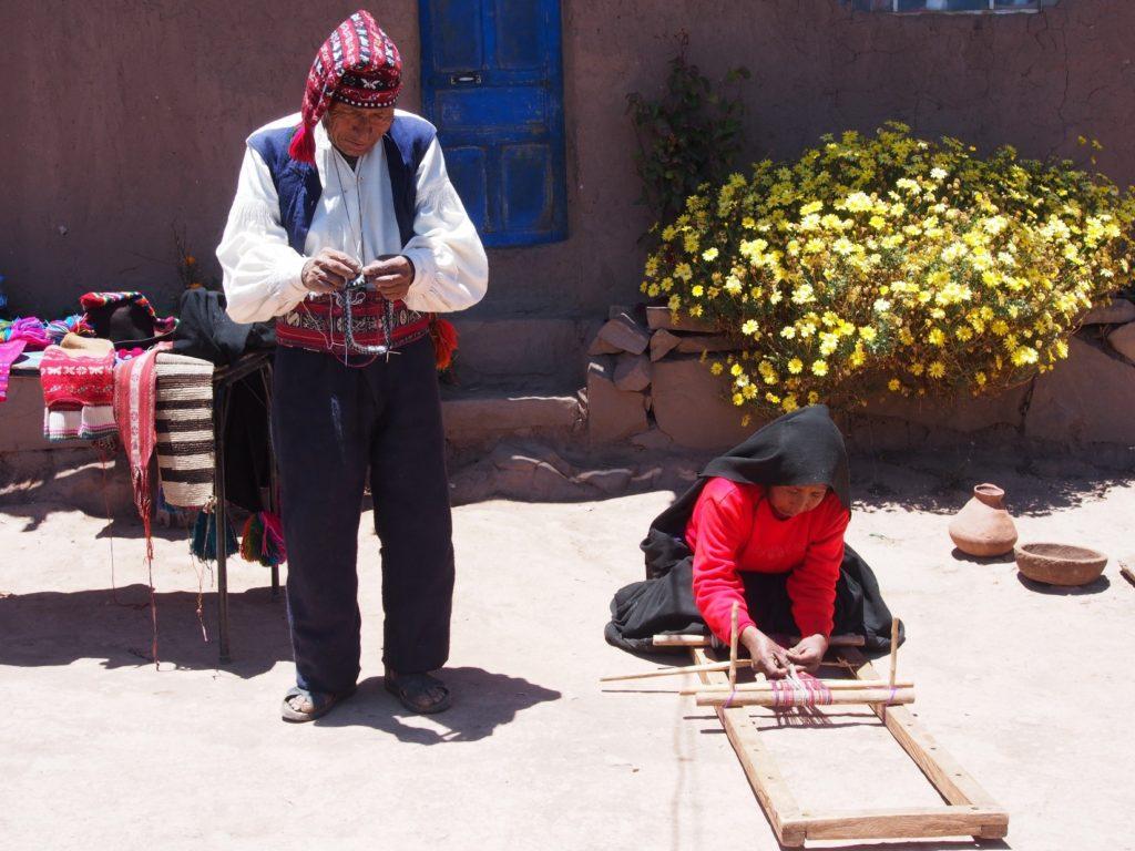 Démonstration de l'art du tricot sur LE LAC TITICACA TAQUILE au PEROU