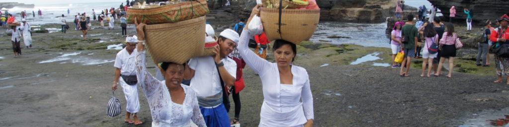 Indonésiennes portant des offrandes à BALI en INDONESIE