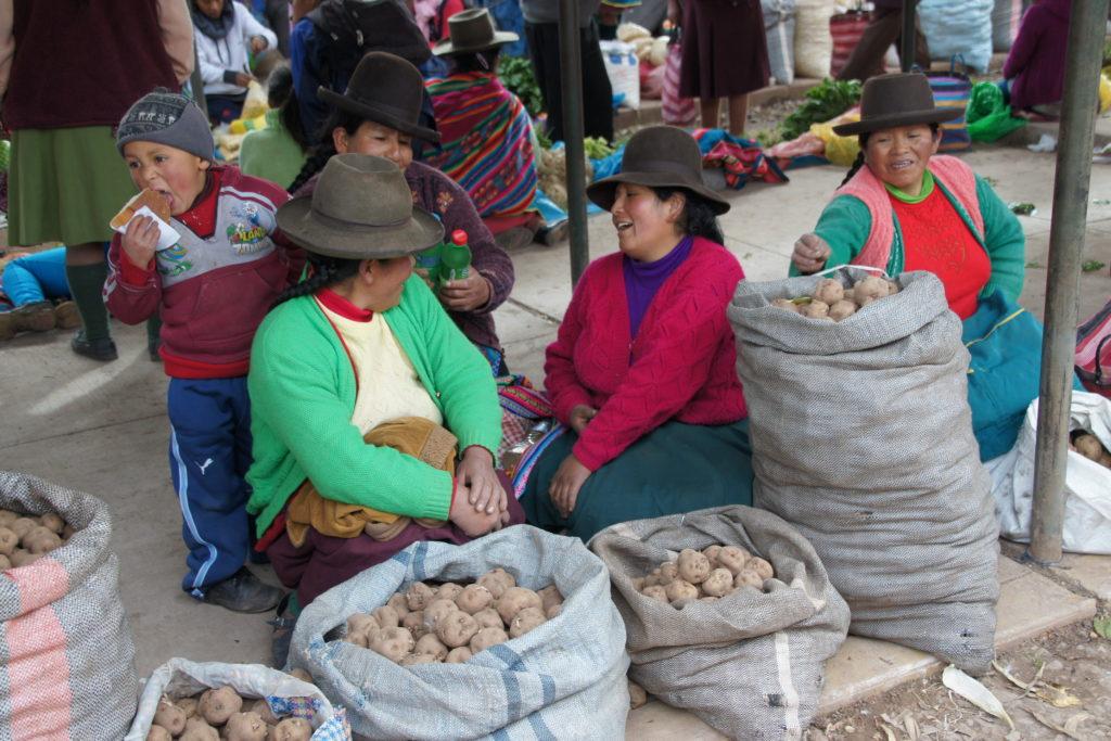 Discussion autrou d'un étal dans le marché de Cusco au Pérou