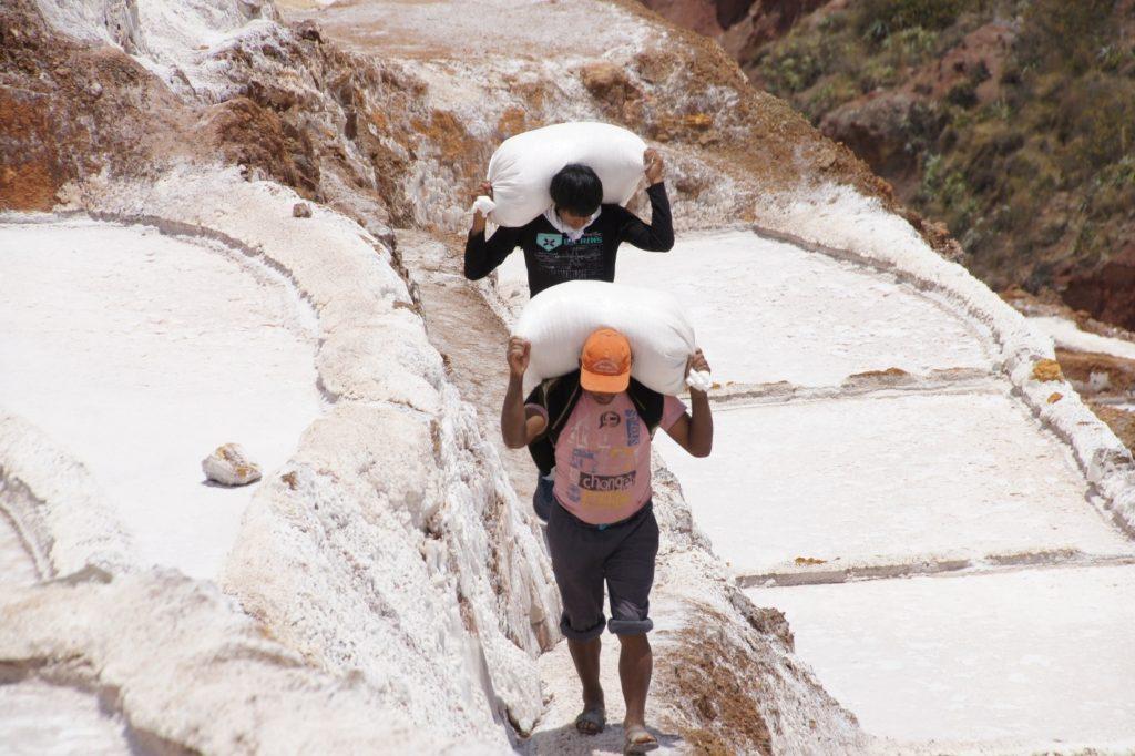 Porteurs de sels dans les salines de maras du CIRCUIT VALLEE SACREE