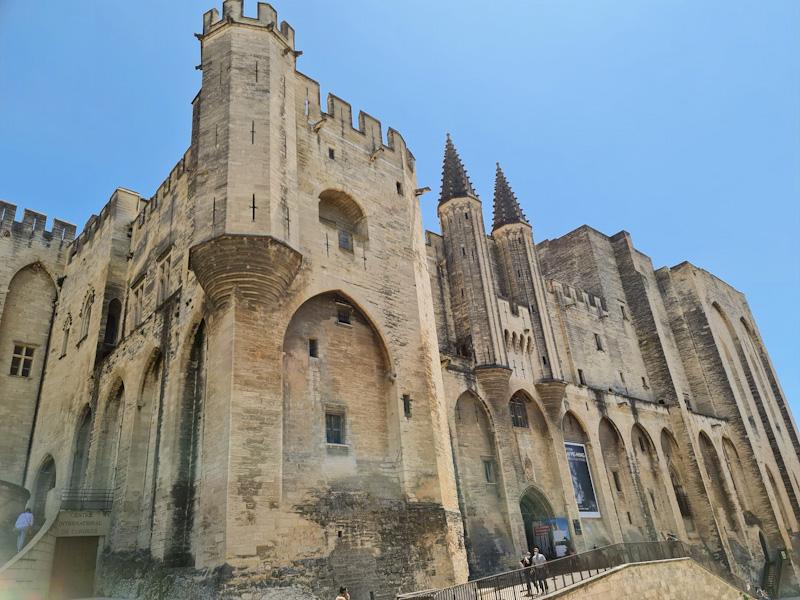 palais des papes étape incontournable de mon circuit Avignon en 1 jour
