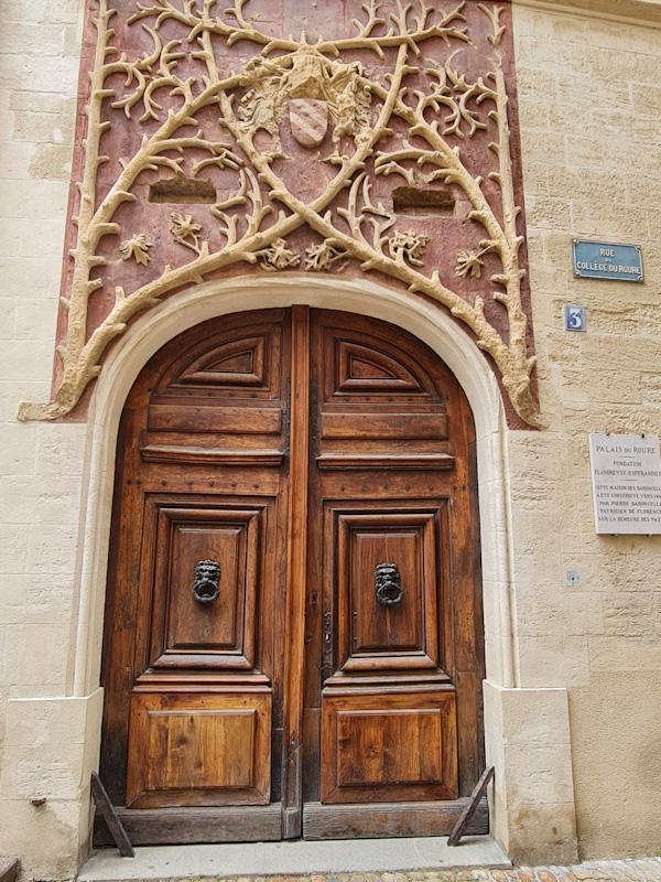 Visiter Avignon à pied étape palais du Roure