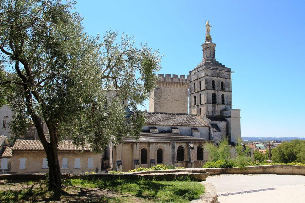 La Basilique Notre Dame des Doms étape dans mon itinéraire à pied