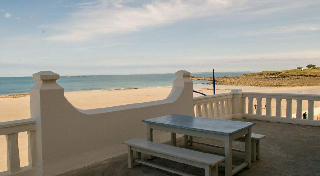 Meilleur hôtel pas cher acceptant les chiens en Bretagne face à la plage