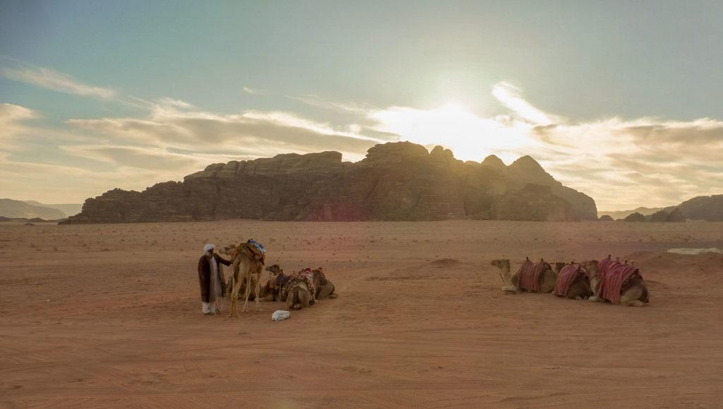 Lever du soleil sur le désert Wadi Rum