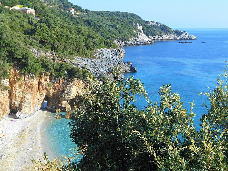 Photo Milopotamos beach de Eleni Alexiou, CC BY-SA 4.0 <https://creativecommons.org/licenses/by-sa/4.0>, via Wikimedia Commons