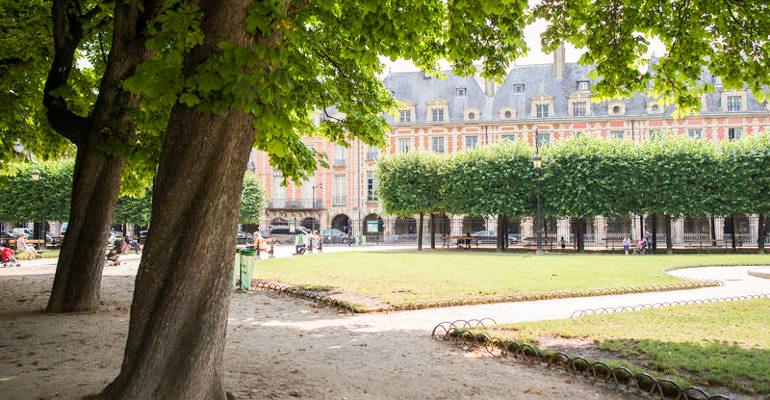 Paris avec un chien Place des Vosges