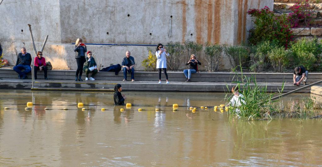 Baptême sur les rives du Jourdain à Béthanie