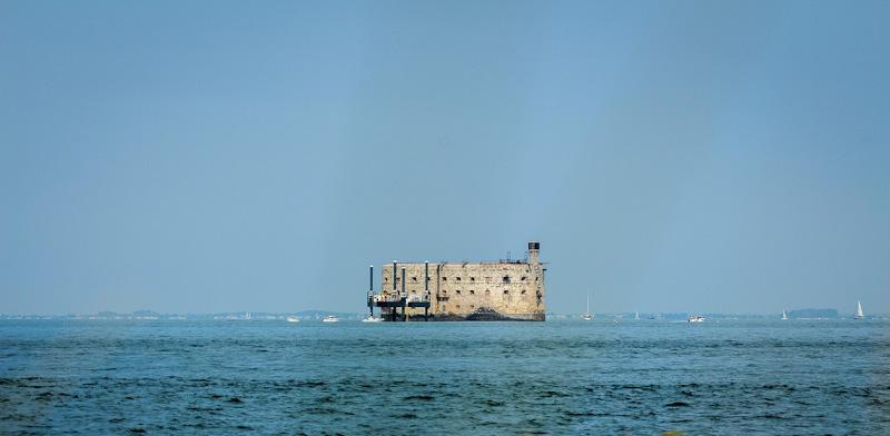 découvrir Fort Royer juste de l'autre côté du chenal. Le site ostréicole de Fort Royer